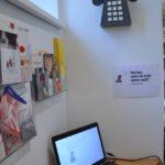 Foto aus der Ausstellung mit Laptop und Telefon