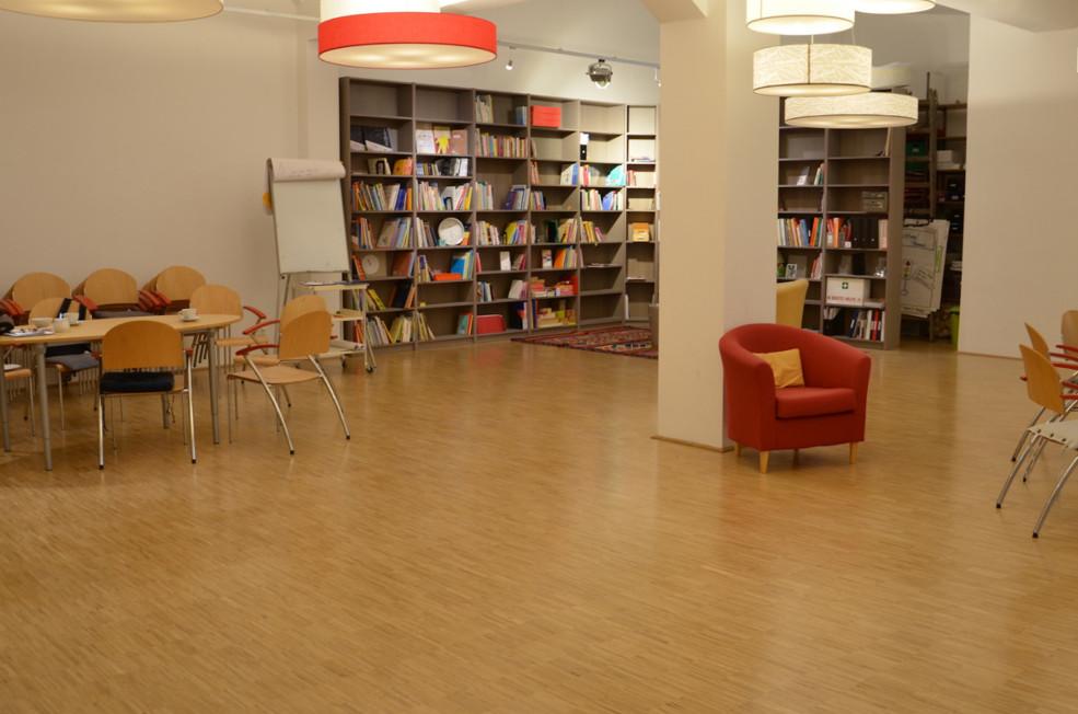 Blick in Seminarraum und Bibliothek von Selbstlaut