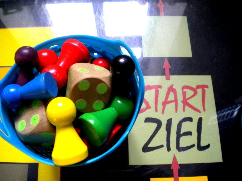 Selbstlaut Ausstellung: Kegeln und Würfel für das Spiel