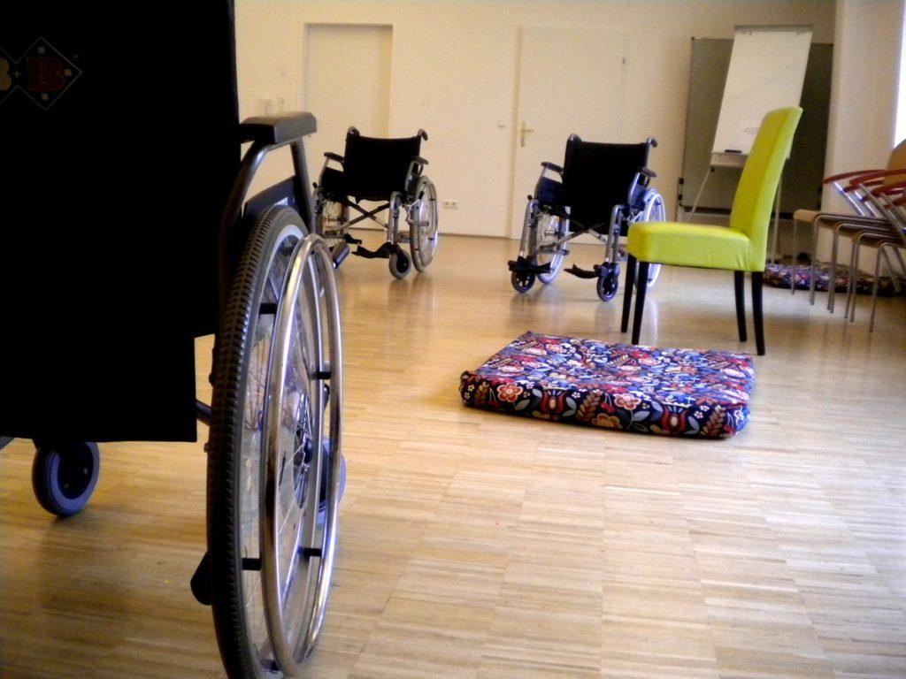 3 Rollstühle ein Sessel und ein Sitzpolster im Selbstlaut Seminarraum